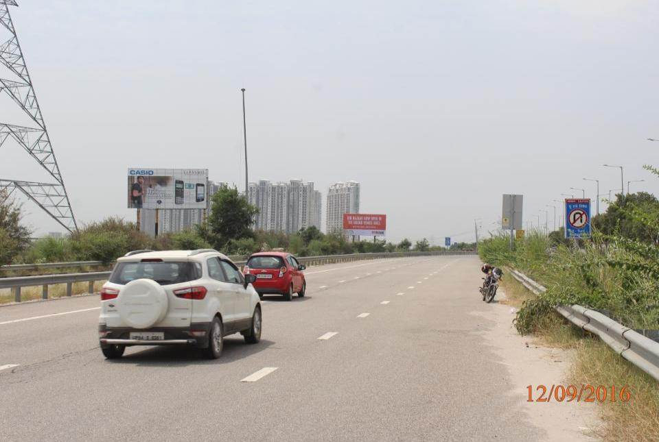 At Zero Point Yamuna Exp way, Noida